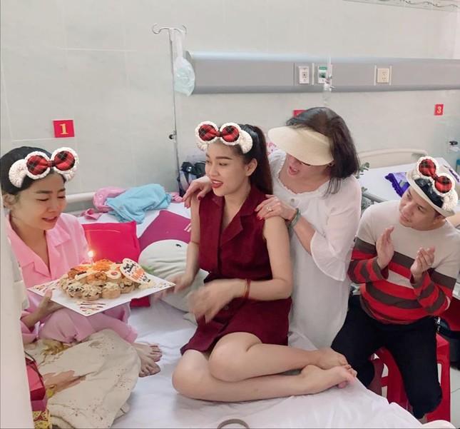 Mai Phương thổi nến đón sinh nhật trên giường bệnh ảnh 1