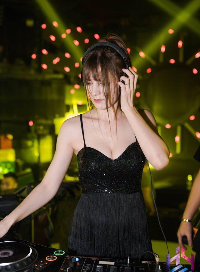 Nữ DJ người Ukraine bị đồn lộ clip nóng sở hữu mặt búp bê, thân hình 'bốc lửa' ảnh 4