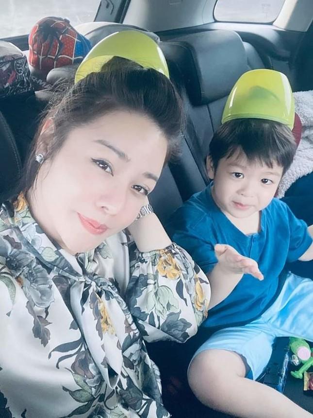 Showbiz 18/1: Nhật Kim Anh lần đầu được tự đưa con đi chơi sau 2 năm ly hôn ảnh 1