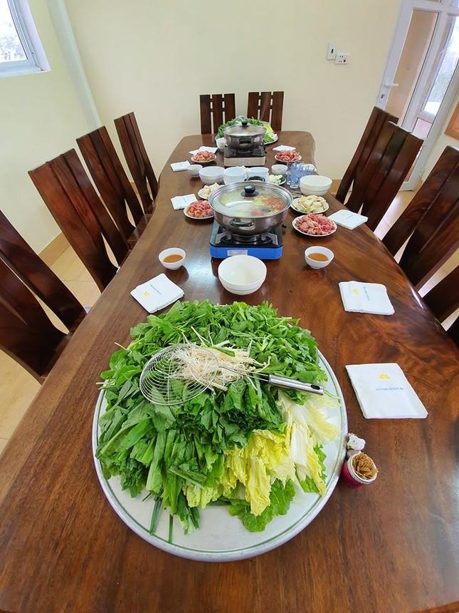 Sao Việt 27 Tết: Bảo Thanh cùng chồng đi chợ sắm đồ, Tuấn Hưng về thăm mẹ ảnh 4