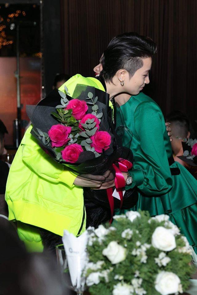 Hoàng Thùy Linh lần đầu tiên công khai đăng ảnh ôm Gil Lê đầy tình tứ ảnh 2