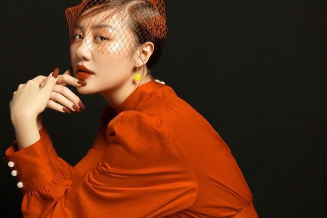 Sau ồn ào bị tung clip nhạy cảm, Văn Mai Hương được khen gợi cảm hơn ảnh 4