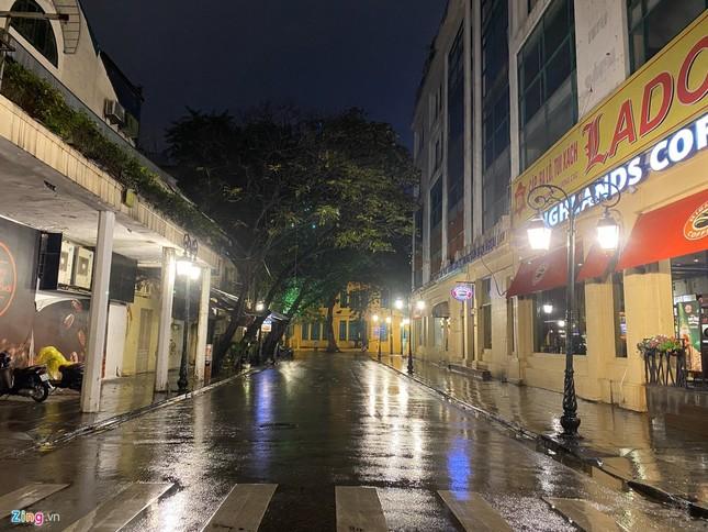 Hà Nội mưa ngập phố, hồ Gươm vắng hoe trước giao thừa ảnh 10