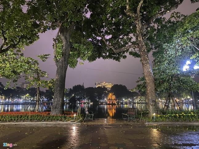 Hà Nội mưa ngập phố, hồ Gươm vắng hoe trước giao thừa ảnh 11