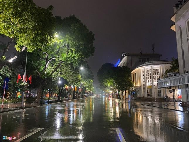 Hà Nội mưa ngập phố, hồ Gươm vắng hoe trước giao thừa ảnh 12
