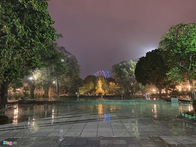 Hà Nội mưa ngập phố, hồ Gươm vắng hoe trước giao thừa ảnh 13