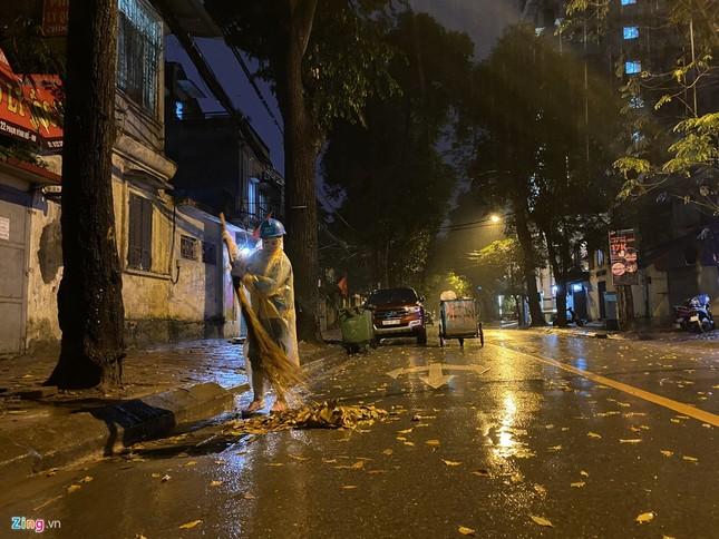 Hà Nội mưa ngập phố, hồ Gươm vắng hoe trước giao thừa ảnh 14