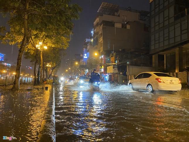 Hà Nội mưa ngập phố, hồ Gươm vắng hoe trước giao thừa ảnh 1