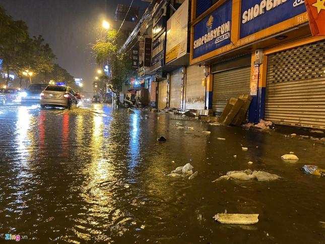 Hà Nội mưa ngập phố, hồ Gươm vắng hoe trước giao thừa ảnh 2