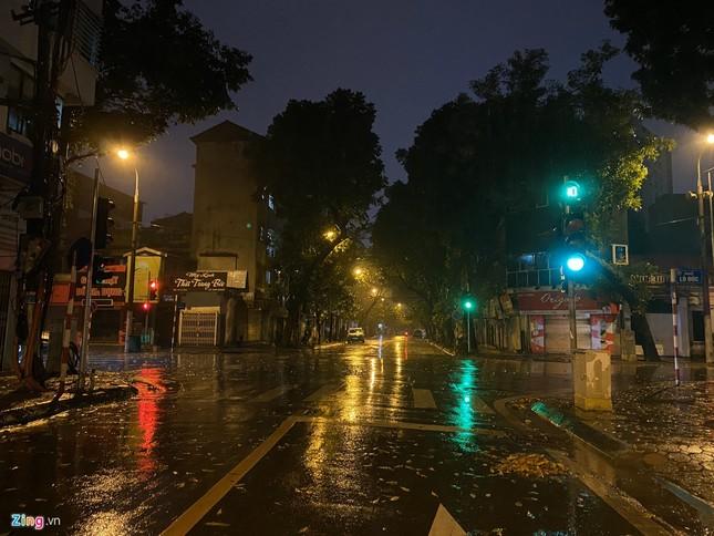 Hà Nội mưa ngập phố, hồ Gươm vắng hoe trước giao thừa ảnh 4