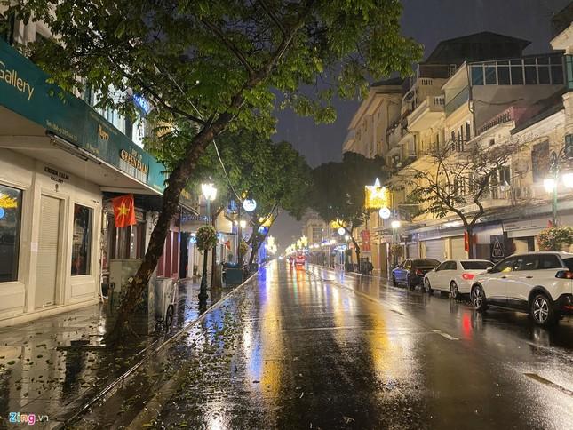 Hà Nội mưa ngập phố, hồ Gươm vắng hoe trước giao thừa ảnh 6