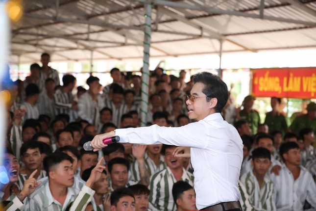 Ngọc Sơn đến trại giam hát dịp Tết ảnh 4