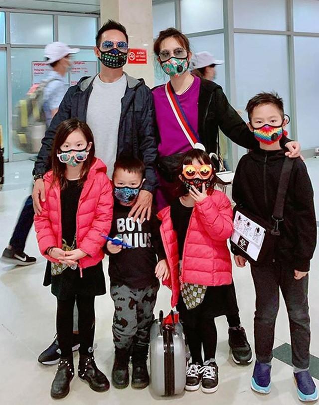 BTV Quang Minh và sao Việt đeo khẩu trang kín mít giữa dịch corona ảnh 6