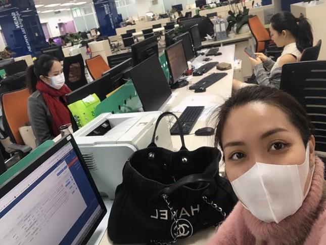 BTV Quang Minh và sao Việt đeo khẩu trang kín mít giữa dịch corona ảnh 3