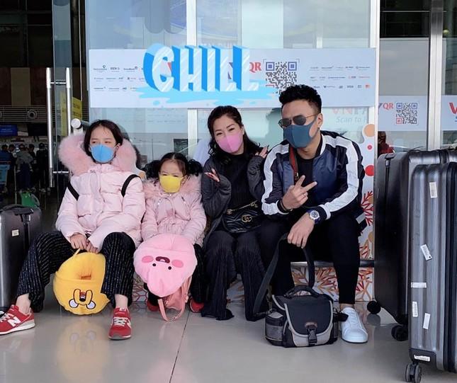 BTV Quang Minh và sao Việt đeo khẩu trang kín mít giữa dịch corona ảnh 7