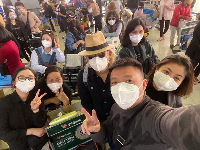 BTV Quang Minh và sao Việt đeo khẩu trang kín mít giữa dịch corona ảnh 2