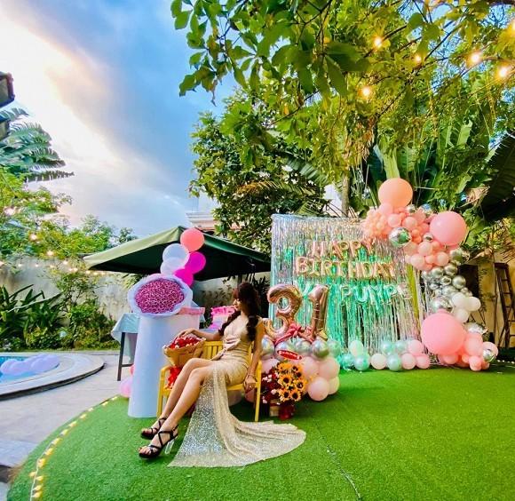 Bạn gái Mạc Văn Khoa mặc váy xẻ gợi cảm trong tiệc sinh nhật ảnh 3
