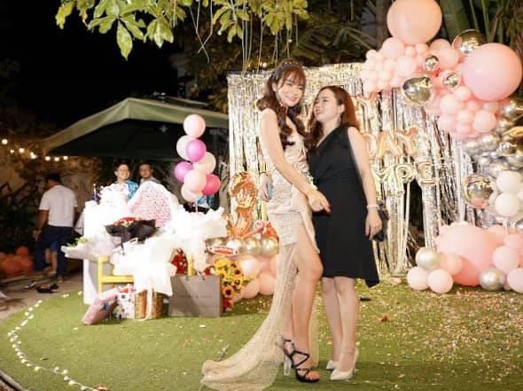 Bạn gái Mạc Văn Khoa mặc váy xẻ gợi cảm trong tiệc sinh nhật ảnh 4