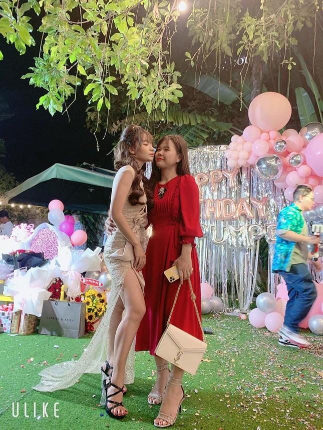 Bạn gái Mạc Văn Khoa mặc váy xẻ gợi cảm trong tiệc sinh nhật ảnh 10