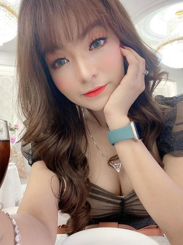 Bạn gái Mạc Văn Khoa mặc váy xẻ gợi cảm trong tiệc sinh nhật ảnh 9