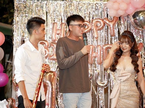 Bạn gái Mạc Văn Khoa mặc váy xẻ gợi cảm trong tiệc sinh nhật ảnh 2