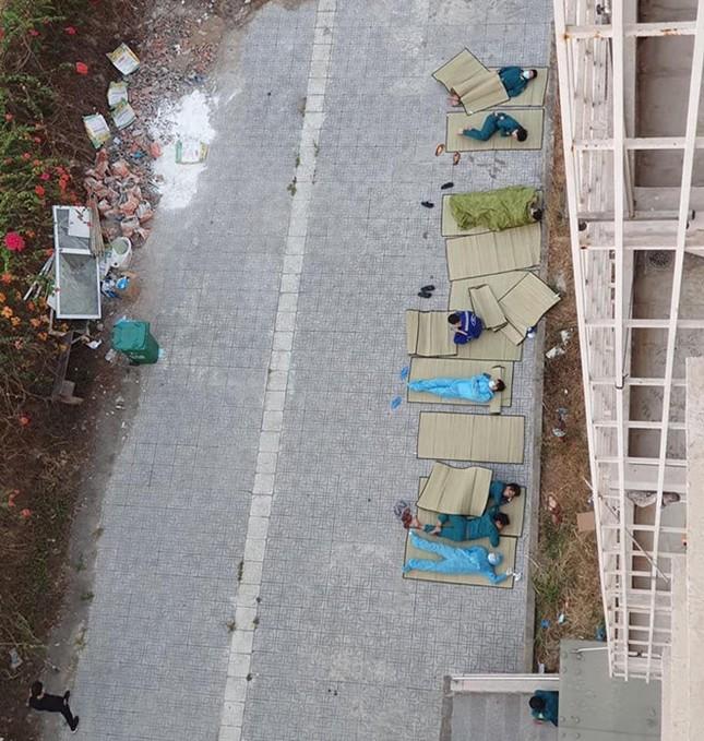 Ảnh tình nguyện viên nằm ngủ trong khu cách ly khiến nghệ sĩ Việt rơi nước mắt ảnh 2
