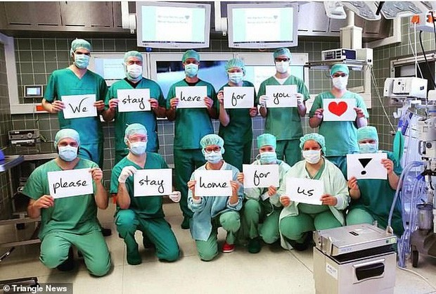 Thông điệp 'Chúng tôi đi làm vì bạn, bạn ở nhà vì chúng tôi' gây xúc động toàn cầu ảnh 8