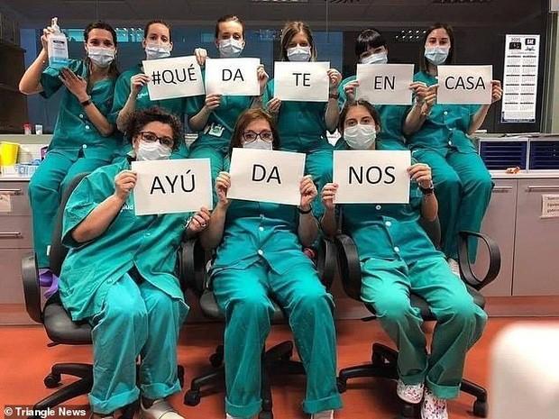 Thông điệp 'Chúng tôi đi làm vì bạn, bạn ở nhà vì chúng tôi' gây xúc động toàn cầu ảnh 18