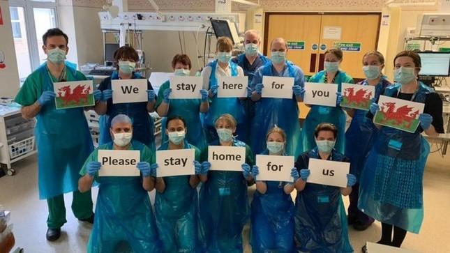 Thông điệp 'Chúng tôi đi làm vì bạn, bạn ở nhà vì chúng tôi' gây xúc động toàn cầu ảnh 7