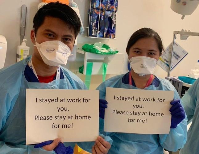 Thông điệp 'Chúng tôi đi làm vì bạn, bạn ở nhà vì chúng tôi' gây xúc động toàn cầu ảnh 16