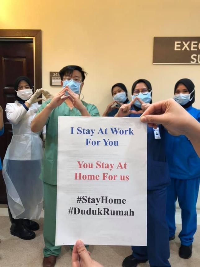 Thông điệp 'Chúng tôi đi làm vì bạn, bạn ở nhà vì chúng tôi' gây xúc động toàn cầu ảnh 2