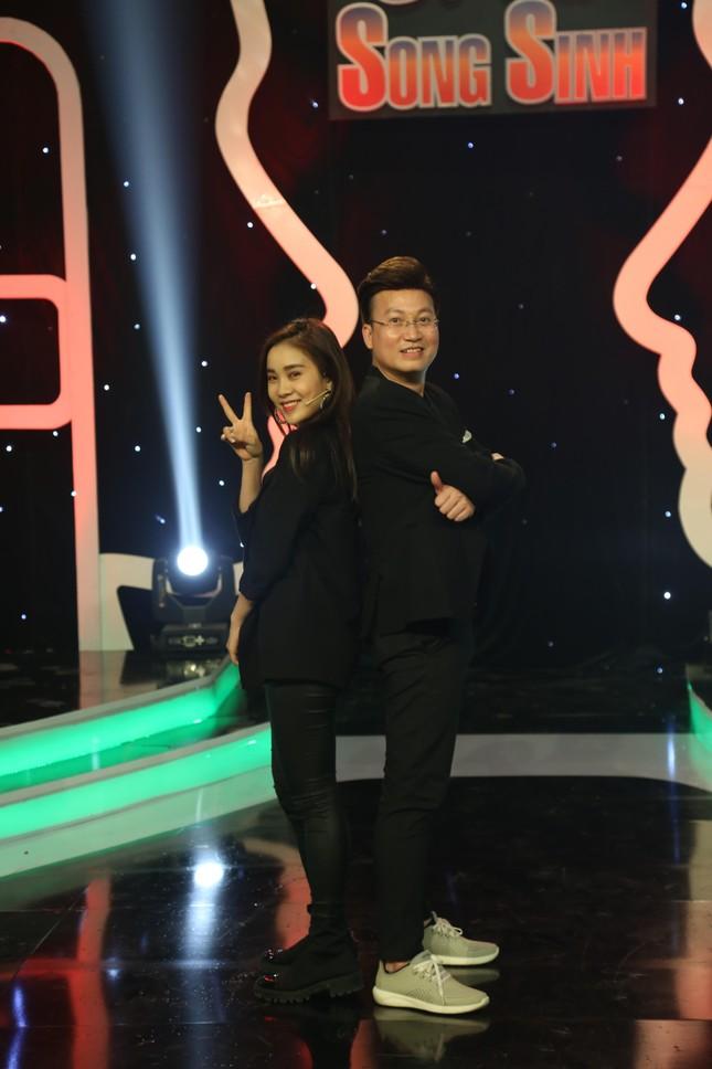 Phạm Lịch vừa công bố bạn trai mới thì được fan 'thả thính' trên sóng truyền hình ảnh 1