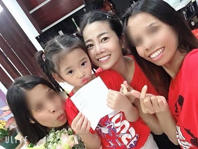 Bạn thân chia sẻ xúc động về hai vú nuôi đang chăm sóc con gái Mai Phương ảnh 1