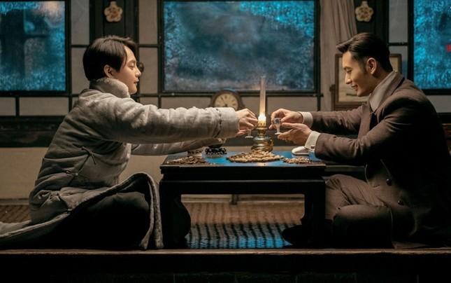 Showbiz 30/4: Huỳnh Hiểu Minh và bạn diễn ngất xỉu sau cảnh quay uống rượu ảnh 1