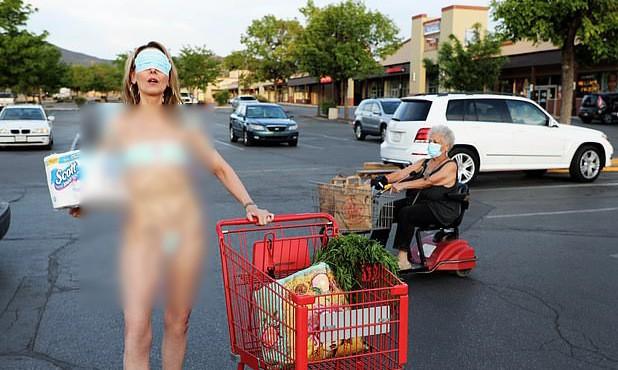 Lấy khẩu trang làm bikini, nữ nghệ sĩ Mỹ bị chỉ trích dữ dội ảnh 1