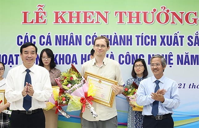 69 nhà khoa học ĐH Duy Tân nhận khen thưởng của thành phố Đà Nẵng ảnh 2