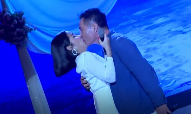 Showbiz 31/5: Nụ hôn của Trung Dũng và Cát Tường ở Tình Bolero gây tranh cãi ảnh 1