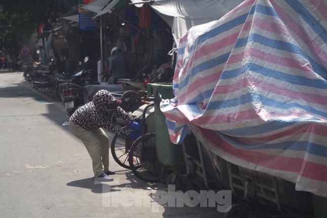 Muôn kiểu chống chọi nắng nóng như 'đổ lửa' của người lao động Hà Nội ảnh 19