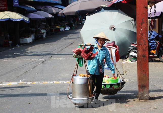Muôn kiểu chống chọi nắng nóng như 'đổ lửa' của người lao động Hà Nội ảnh 21