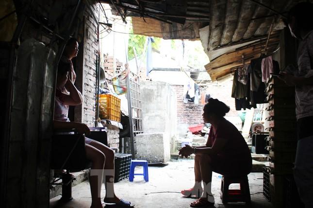 Muôn kiểu chống chọi nắng nóng như 'đổ lửa' của người lao động Hà Nội ảnh 23