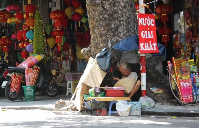 Muôn kiểu chống chọi nắng nóng như 'đổ lửa' của người lao động Hà Nội ảnh 10
