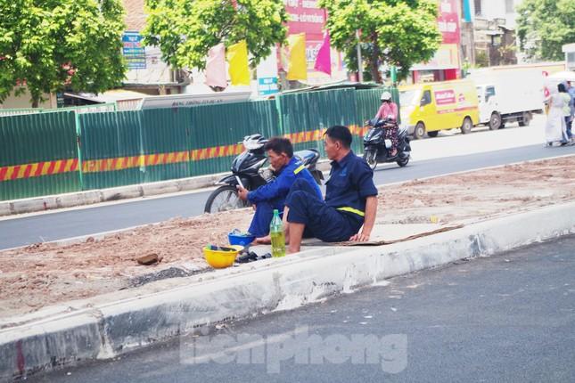 Muôn kiểu chống chọi nắng nóng như 'đổ lửa' của người lao động Hà Nội ảnh 8