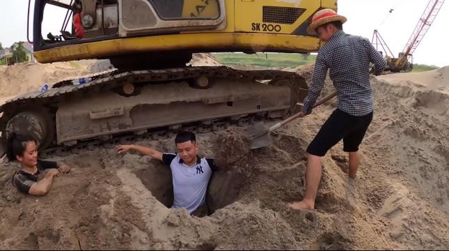Con trai 'Bà Tân Vlog' bị chỉ trích vì dùng nhang và vàng mã cúng hai em để câu view ảnh 1