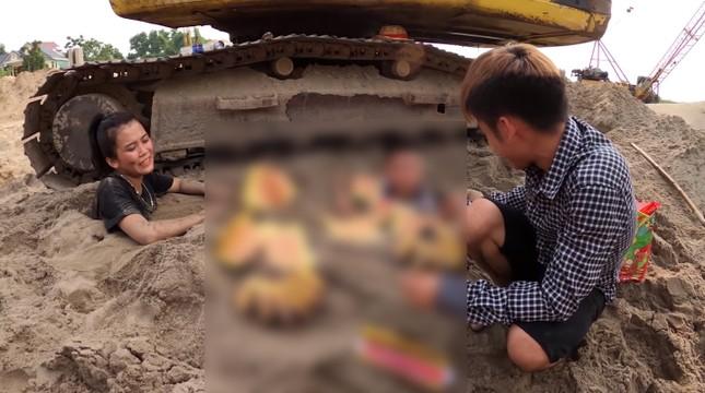 Con trai 'Bà Tân Vlog' bị chỉ trích vì dùng nhang và vàng mã cúng hai em để câu view ảnh 3