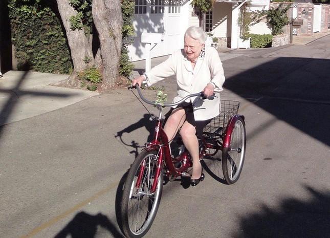 Người hâm mộ chúc mừng sinh nhật tuổi 104 của minh tinh 'Cuốn theo chiều gió' ảnh 1
