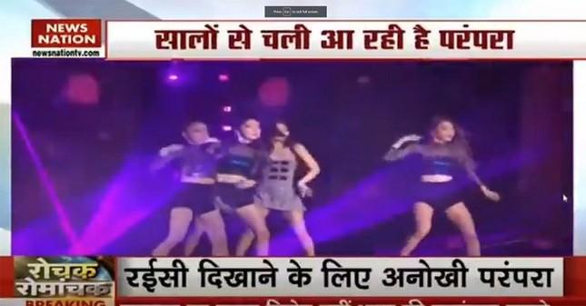 Kênh truyền hình Ấn Độ gây phẫn nộ vì minh họa Black Pink cho vũ công thoát y đám tang ảnh 1