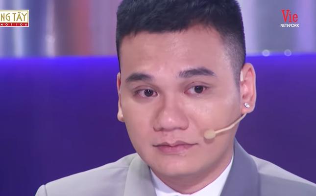 Khắc Việt trào nước mắt kể về quá khứ nợ chồng chất, trốn chui lủi cùng em trai ảnh 1