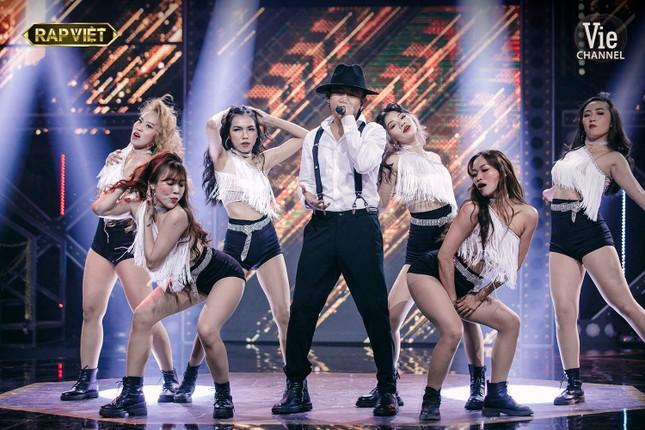 Thầy trò GDucky-Karik-RickyStar mặc sơ mi trắng, quần âu hát rap vẫn khiến dàn HLV ngả mũ ảnh 3