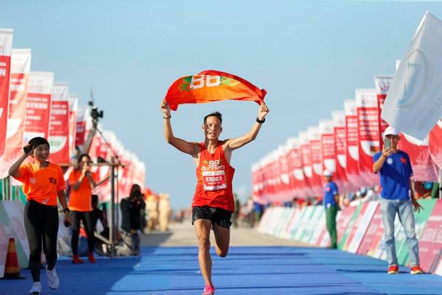 Thợ chụp ảnh 'dạo' gây sốc khi giành huy chương ở Tiền Phong Marathon ảnh 1