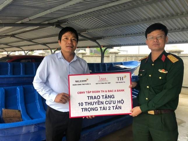 Trao 10 thuyền cứu hộ cho Quảng Bình ảnh 1